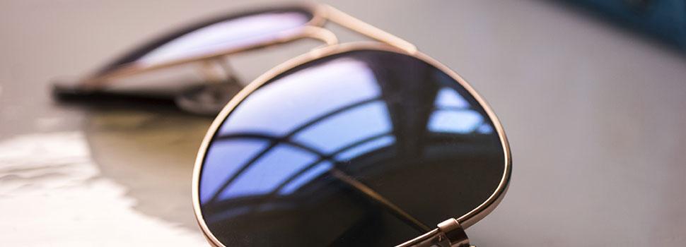 solbriller på bordet